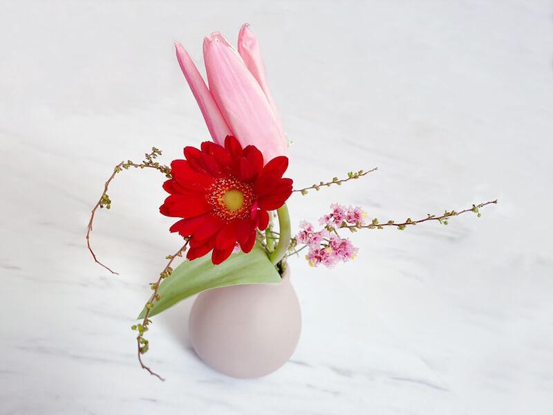 ブルーミーのお花を花瓶に飾っている様子