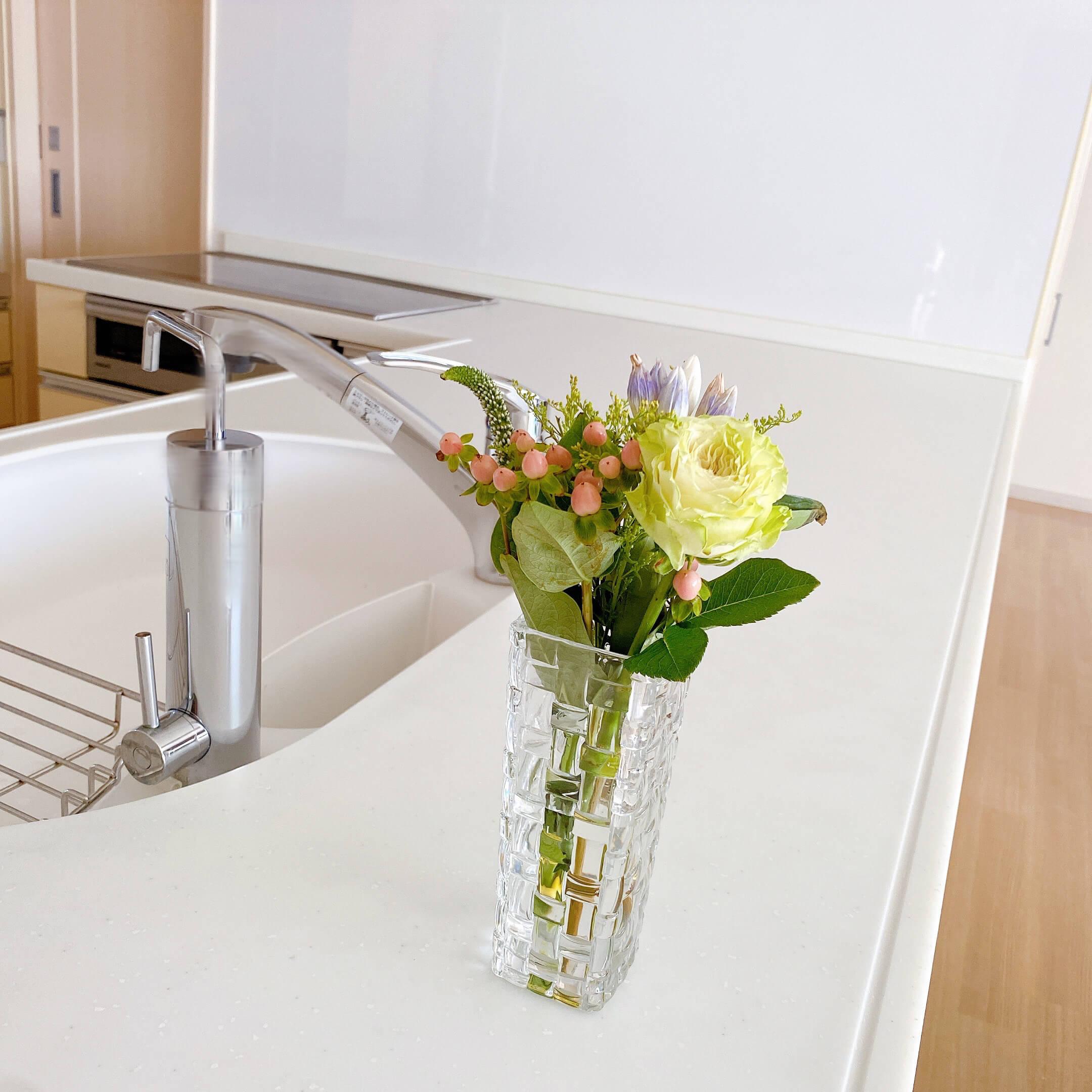 ブルーミーレギュラープランで届いたお花をキッチンに飾った様子