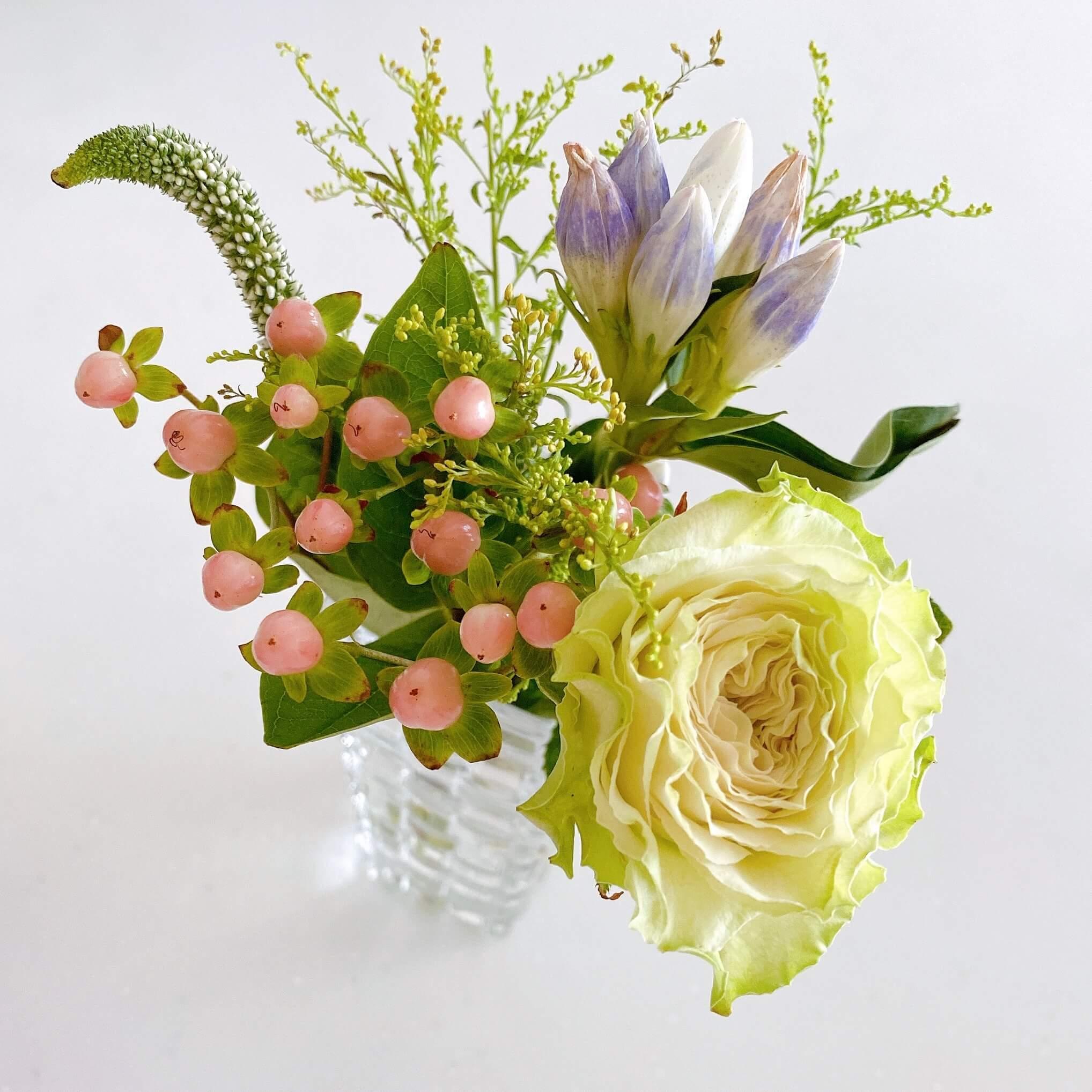 ブルーミーレギュラープランで届いたお花を花瓶に入れて飾った様子