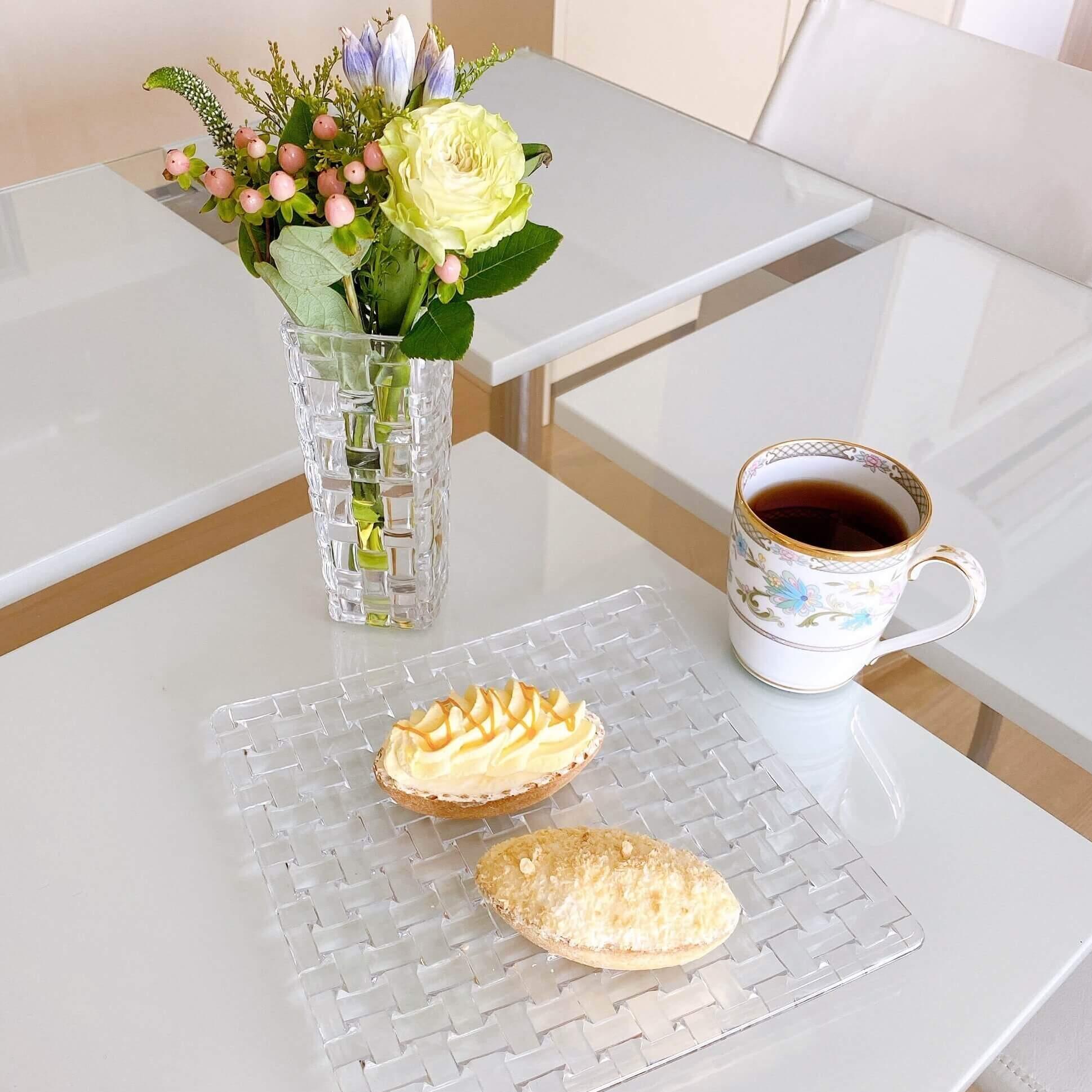ブルーミーレギュラープランで届いたお花と一緒にお茶を楽しむ様子