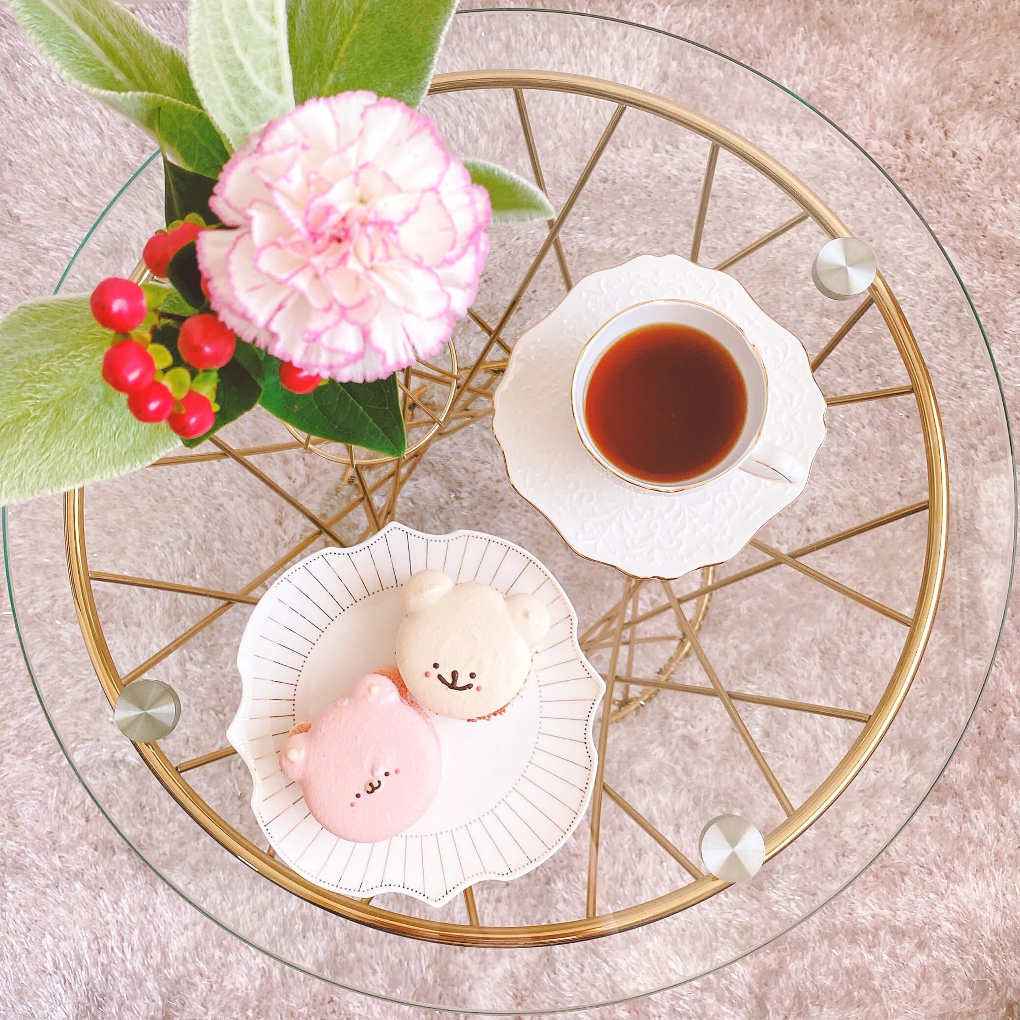 ブルーミーと紅茶、マカロンでリラックスしている様子