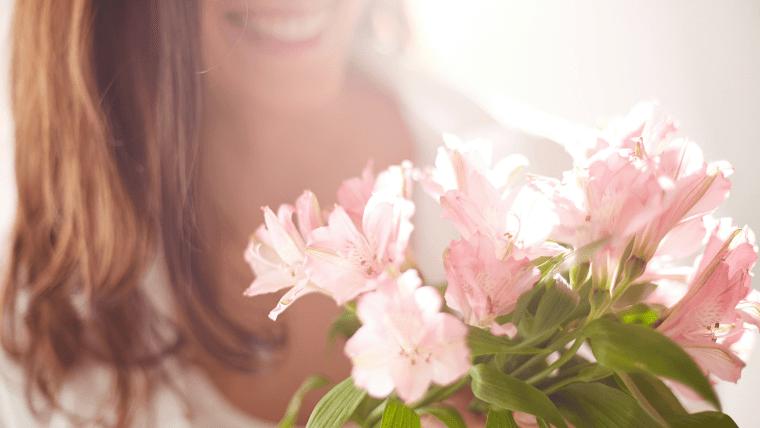 花束を貰って喜んでいる女性の写真
